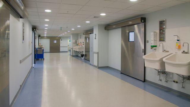 Couloir d'hôpital. [marcelo - Depositphotos]