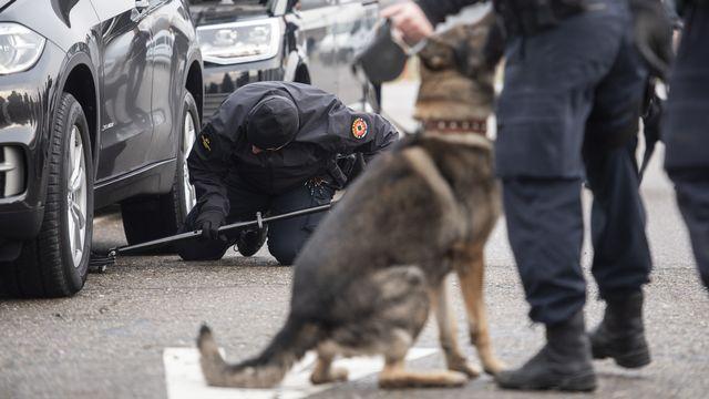 Des policiers effectuent des contrôles sur le convoi emmenant le président brésilien Jair Bolsonaro au WEF en 2019. [Ennio Leanza - Keystone]