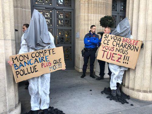 Des activistes climatiques menant une action à UBS à Lausanne.