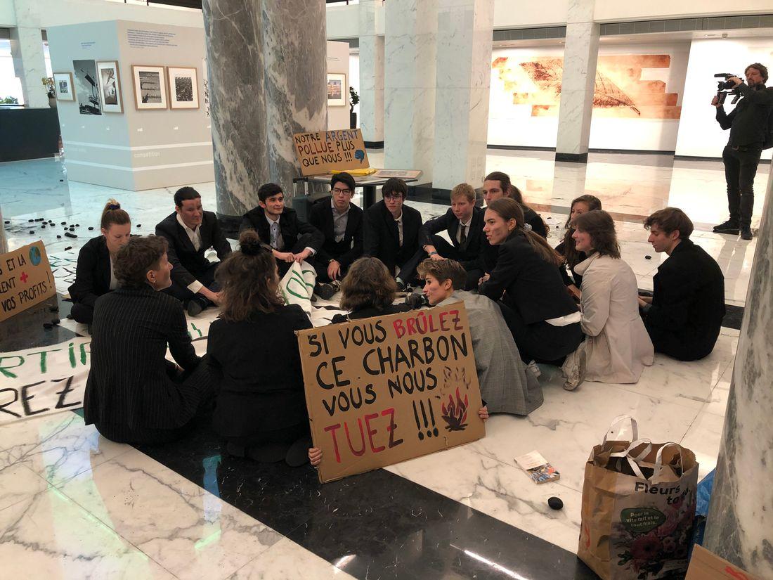 Les activistes avaient un délai jusqu'à 16h00 pour quitter la banque.