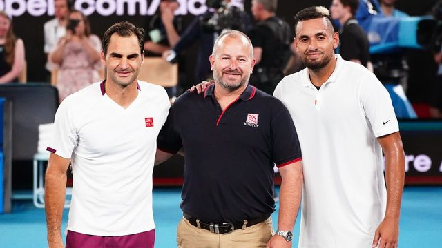 Roger Federer et Nick Kyrgios entourent Alistair Mason, un pompier australien, après l'exhibition destinée à récolter de l'argent en faveur des victimes des incendies. [Scott Barbour - Keystone]