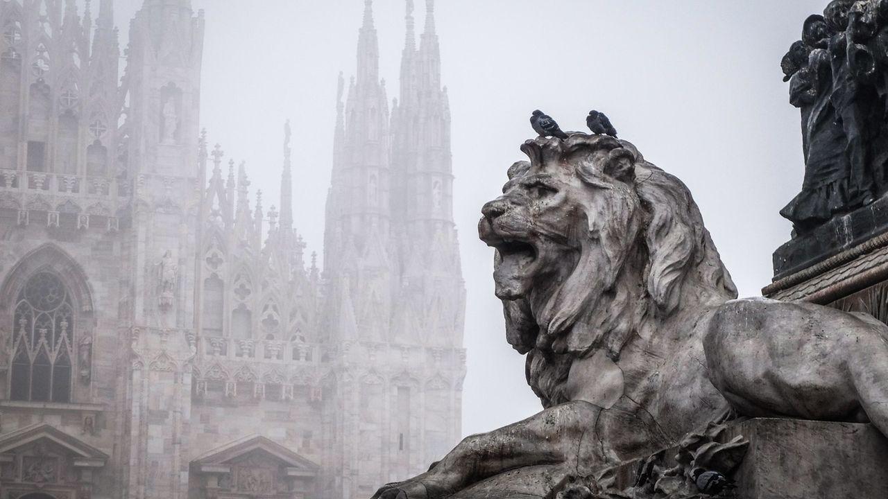 Du smog enveloppe le Duomo de Milan, le 7 janvier 2020. [Matteo Corner - Keystone/epa]