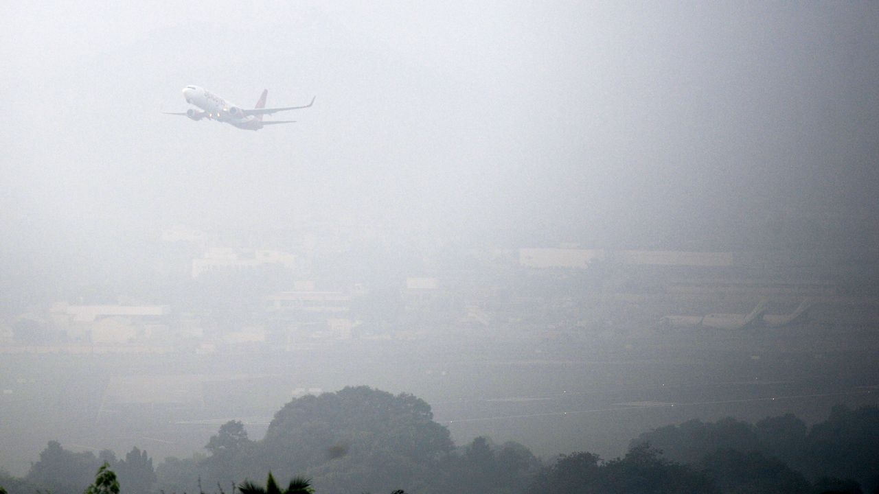 Un Boeing 737 de la compagnie indienne Spicejet décollant dans le smog de Chennai (ex-Madras) en novembre 2019 [Arun Sankar - AFP]
