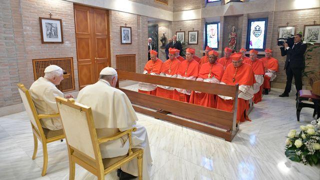 L'ancien pape Benoît XVI (à gauche) et l'actuel, François (à droite) en 2018 devant les nouveaux cardinaux. [Vatican media/AFP]