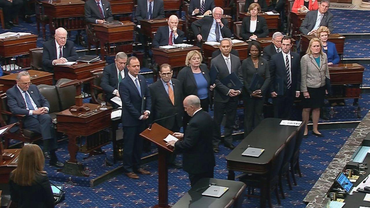 Les sept membres du Congrès chargés de porter au Sénat l'accusation au procès en destitution du président Donald Trump, le 16 janvier 2020. [Keystone]