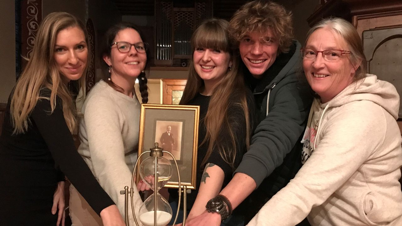 Devant le sablier, cinq des six membres de l'équipe qui a conçu le jeu. À droite, la pasteure Isabelle Court. [Fabien Hünenberger - RTS]