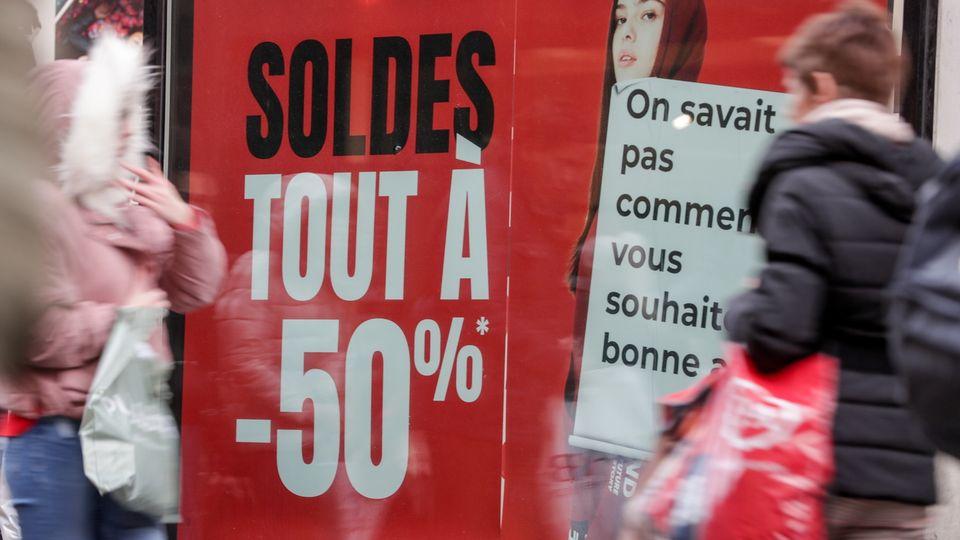 En période de soldes, les commerces ne jouent pas toujours franc jeu en matière d'indication des prix [Stéphanie Lecocq - EPA/Keystone]