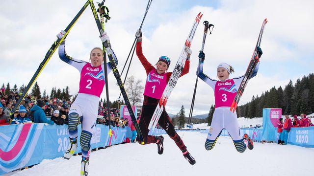 Toute la joie de Siri Wigger, au centre entourée de ses deux dauphines suédoises, après sa victoire à la Vallée de Joux [JOEL MARKLUND - Keystone]