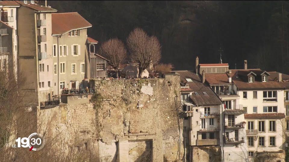 Les falaises de molasse de Fribourg sont fragiles. Il faut jusqu'à 100 millions pour assurer la sécurité des habitations. [RTS]