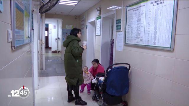 A quelques jours du Nouvel An chinois, la panique menace. Un mystérieux virus se propage dans le pays. [RTS]