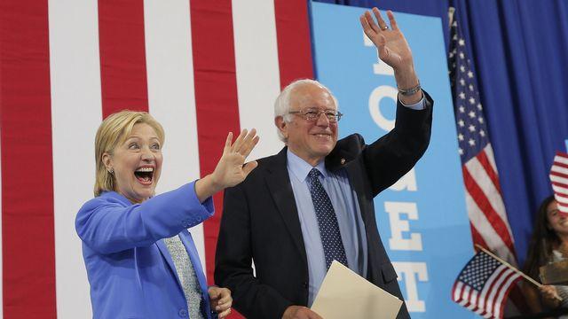 Hillary Clinton et Bernie Sanders durant un meeting commun à Portsmouth, dans l'Etat du New Hampshire, en 2016. [Brian Snyder - Reuters]