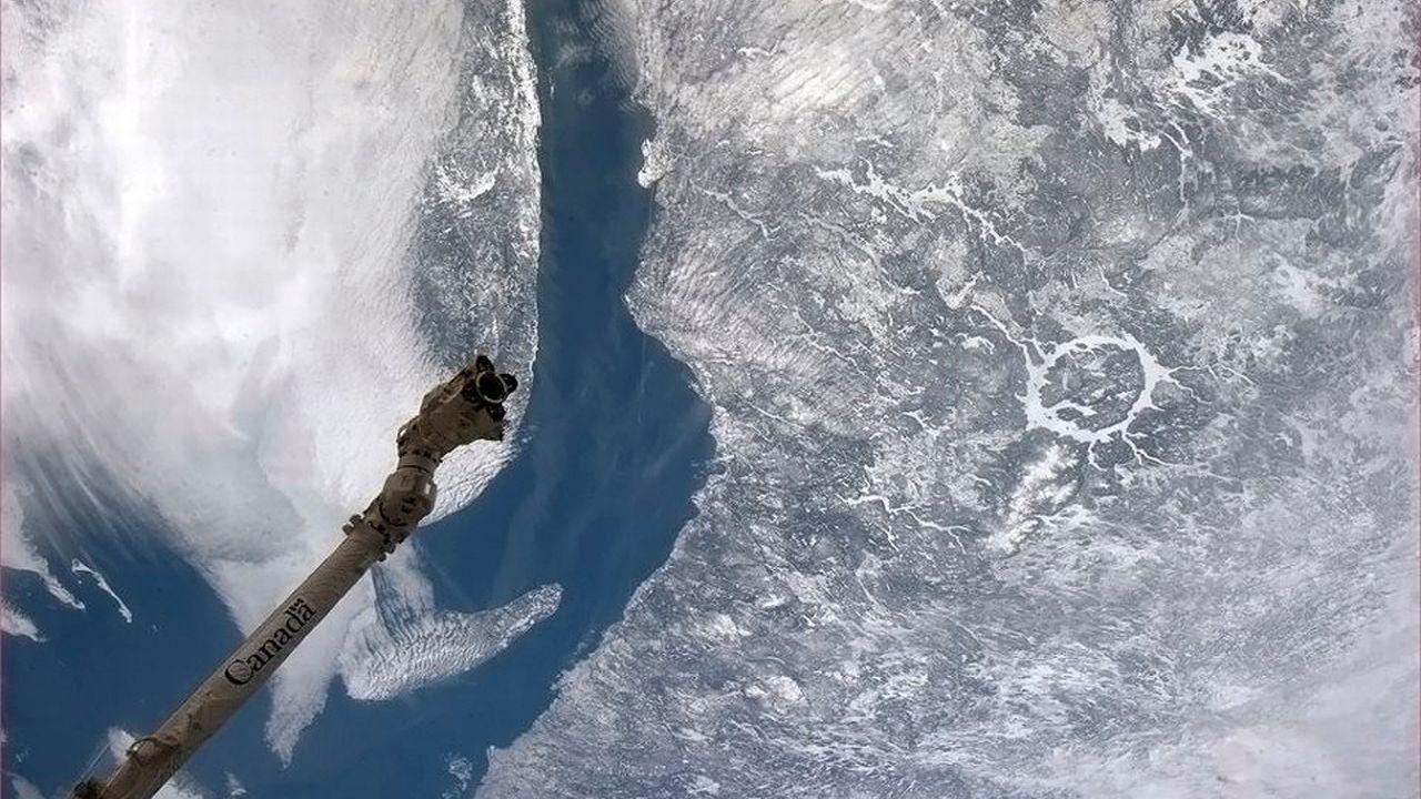 Le cratère de Manicouagan au Québec, vieux de 214 millions d'années, est bien visible de l'espace (photo), contrairement à celui de Yarrabubba [Chris Hadfield/CSA - Reuters]