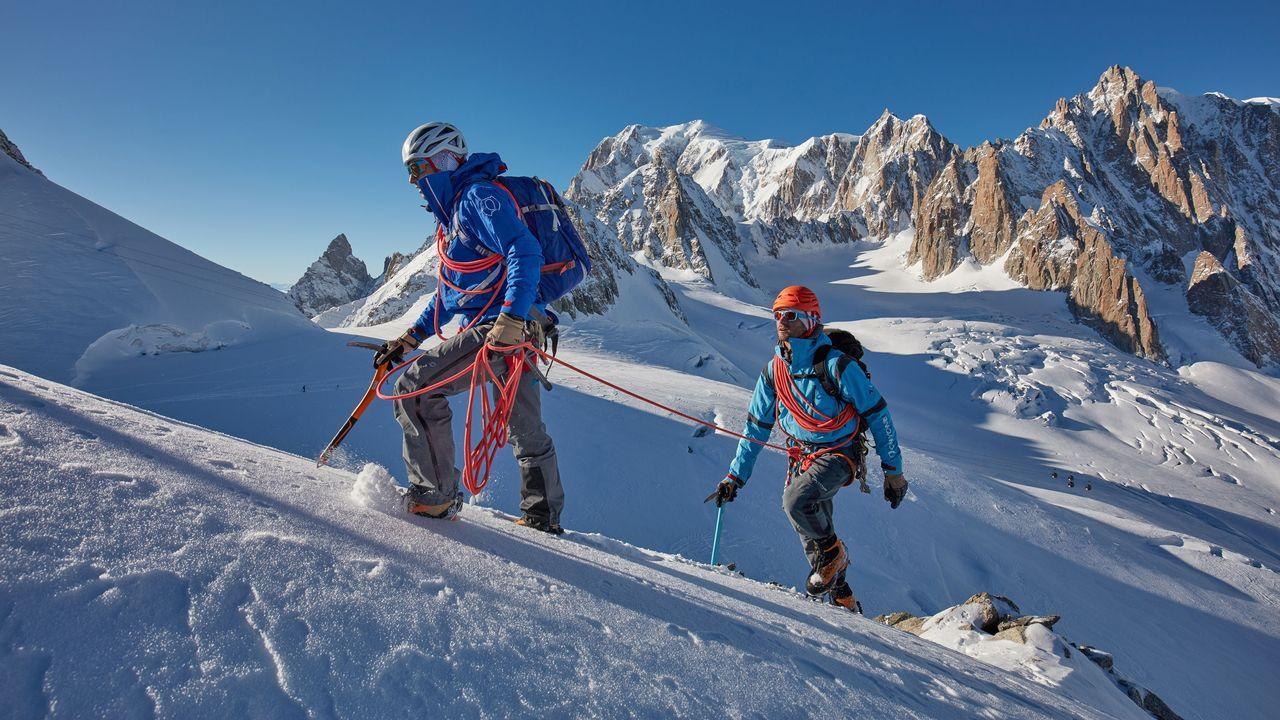 Deux alpinistes dans la région du Petit Flambeau dans le massif du Mont-Blanc. [Jean-François Hagenmuller - Hemis/AFP]