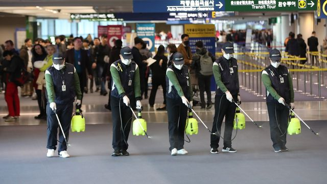 Les autorités chinoises prennent des mesures préventives en vue des risques accrus du coronavirus à la veille du Nouvel an chinois. [EPA/YONHAP SOUTH KOREA OUT - Keystone]