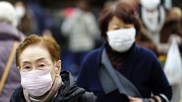 Inquiétude à l'étranger après l'apparition d'un mystérieux virus en Chine. [Eugene Hoshiko - Keystone/AP]