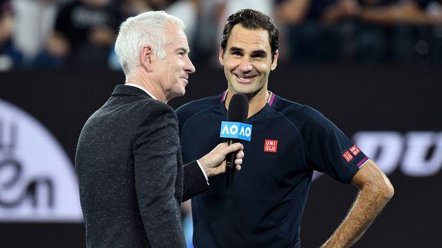 Federer a accordé quelques mots à John McEnroe après sa victoire face à Krajinovic. [Keystone]