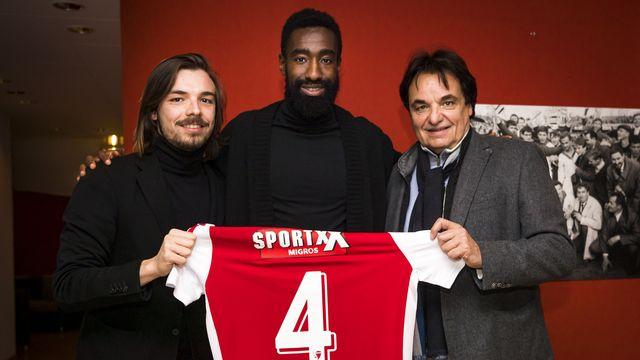Johan Djourou pose avec le duo de Constantin. Le défenseur genevois n'a plus joué depuis plus d'un an. [Jean-Christophe Bott - Keystone]