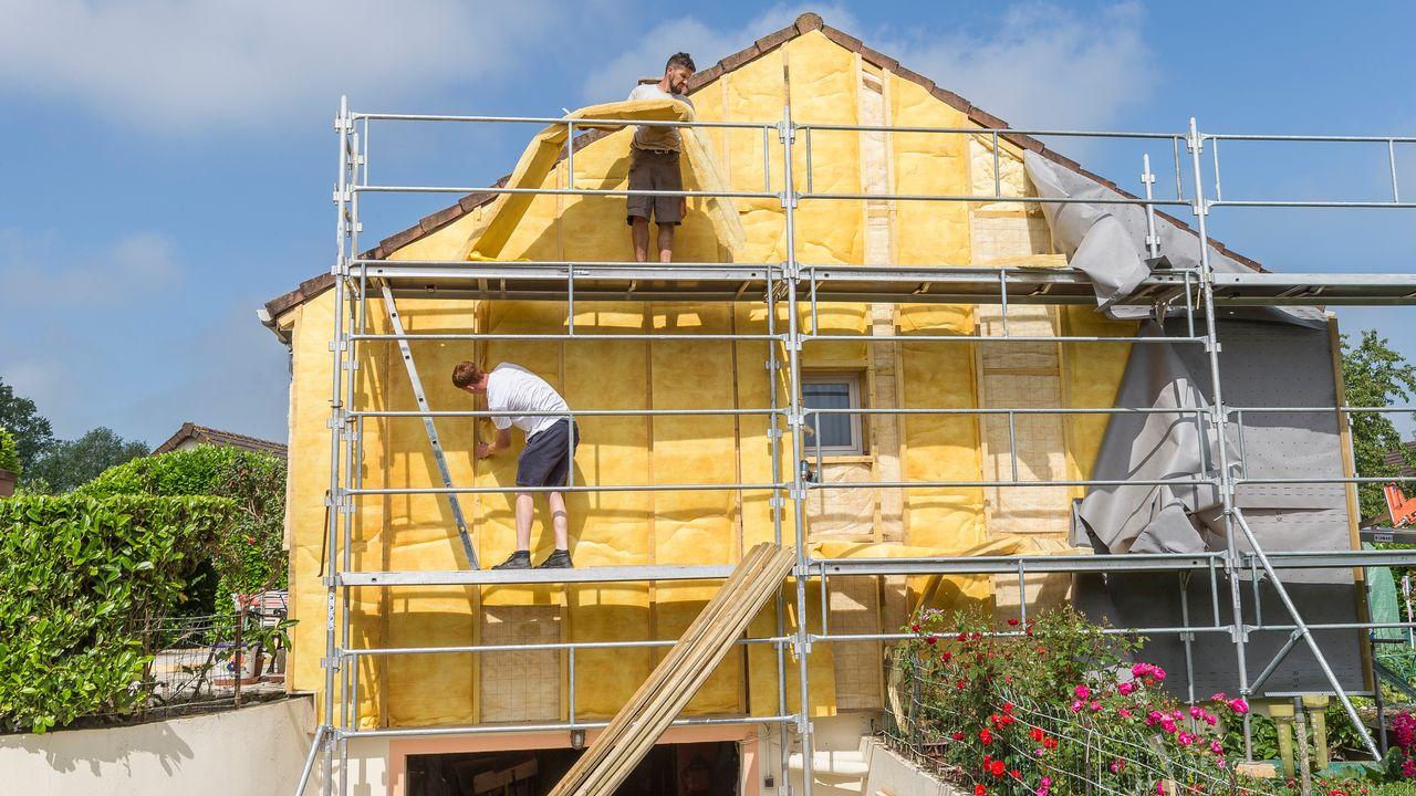 Les aides financières serviront notamment à l'isolation thermique des toitures et façades [Chassenet/BSIP - AFP]