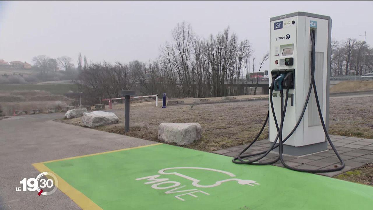 Pour encourager la mobilité électrique, il faudra faciliter l'installation de bornes de recharge chez les particuliers. [RTS]