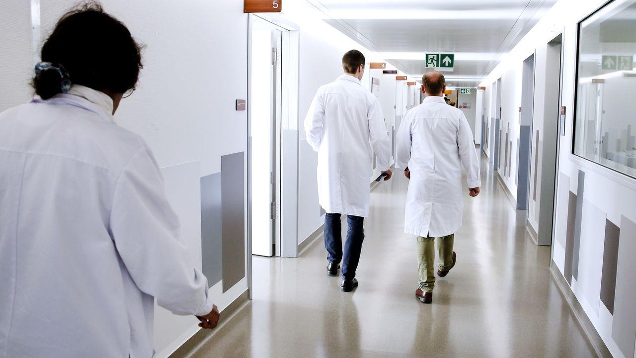 Une initiative veut fixer la semaine de travail à 67 heures dans les hôpitaux suisses. [Magali Girardin - Keystone]