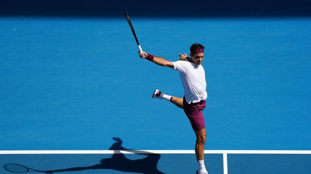 Sur cette photo, Roger Federer est aérien. Sa journée a pourtant été loin de tout cela. Il est passé au bord du précipice. [Scott Barbour - AP]