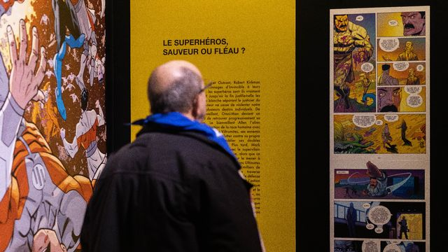 Un visiteur d'une des expositions du 47e festival international de bande dessinée d'Angoulême, en France, le 29 janvier 2020. [Yohan BONNET - AFP]