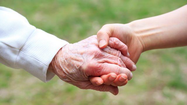 Actuellement, un tiers des personnes âgées disent se sentir seules. [Melpomene - Depositphotos]
