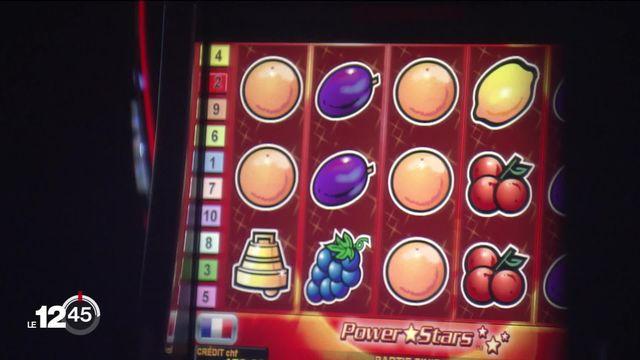 Tribunal de Sierre: 4 sur 6 prévenus comparaissent pour avoir introduit des logiciels malveillants dans des machines à sous du Casino de Crans-Montana. [RTS]
