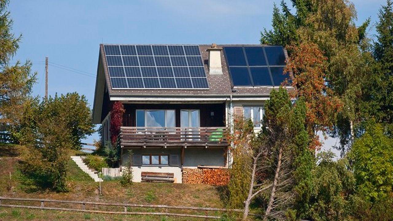 Une installation photovoltaïque sur un bâtiment des Grisons. [Gaëtan Bally - Keystone]