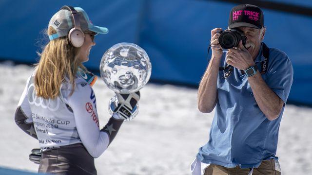 Mikaela photographié a Soldeu par son papa avec un de ses globes. [Christian Bruna - Keystone]