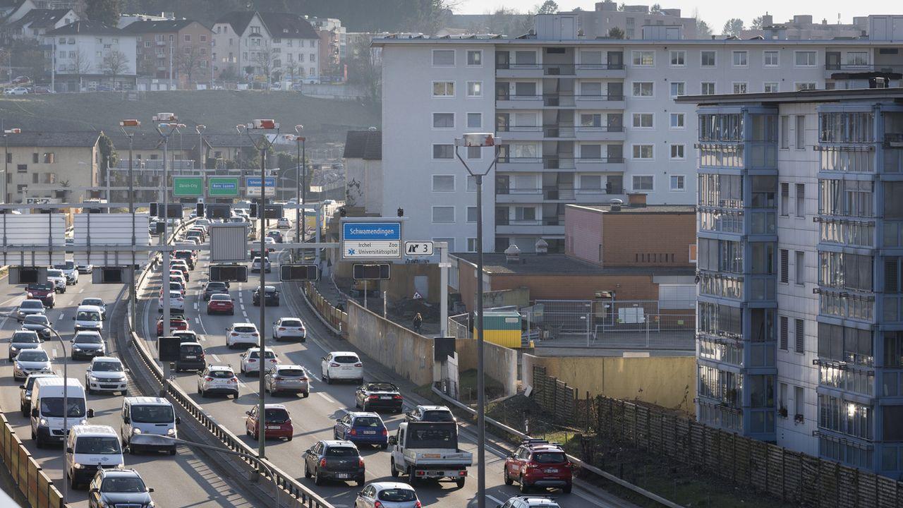 Plus d'un million de Suisses souffrent toujours du bruit routier excessif. [Gaetan Bally - Keystone]