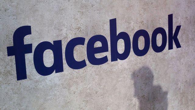Plusieurs gouvernements exigent que Facebook lutte plus efficacement contre la propagation de contenus haineux et de fausses informations.  [Thibault Camus - AP Photo/Keystone]