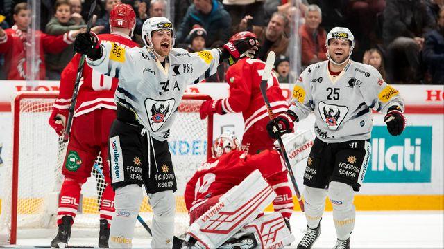 La joie de Daniel Brodin et Viktor Stalberg après le 5e but fribourgeois. [Pascal Muller - Keystone]