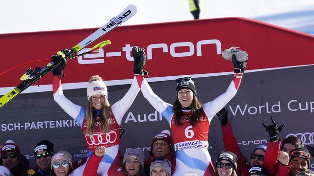 La joie de Corinne Suter, de Wendy Holdener et de l'ensemble de l'équipe de Suisse. [Giovanni Auletta - Keystone]
