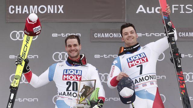 La joie de Thomas Tumler et Loïc Meillard sur le podium. [Guillaume Horcajuelo - Keystone]