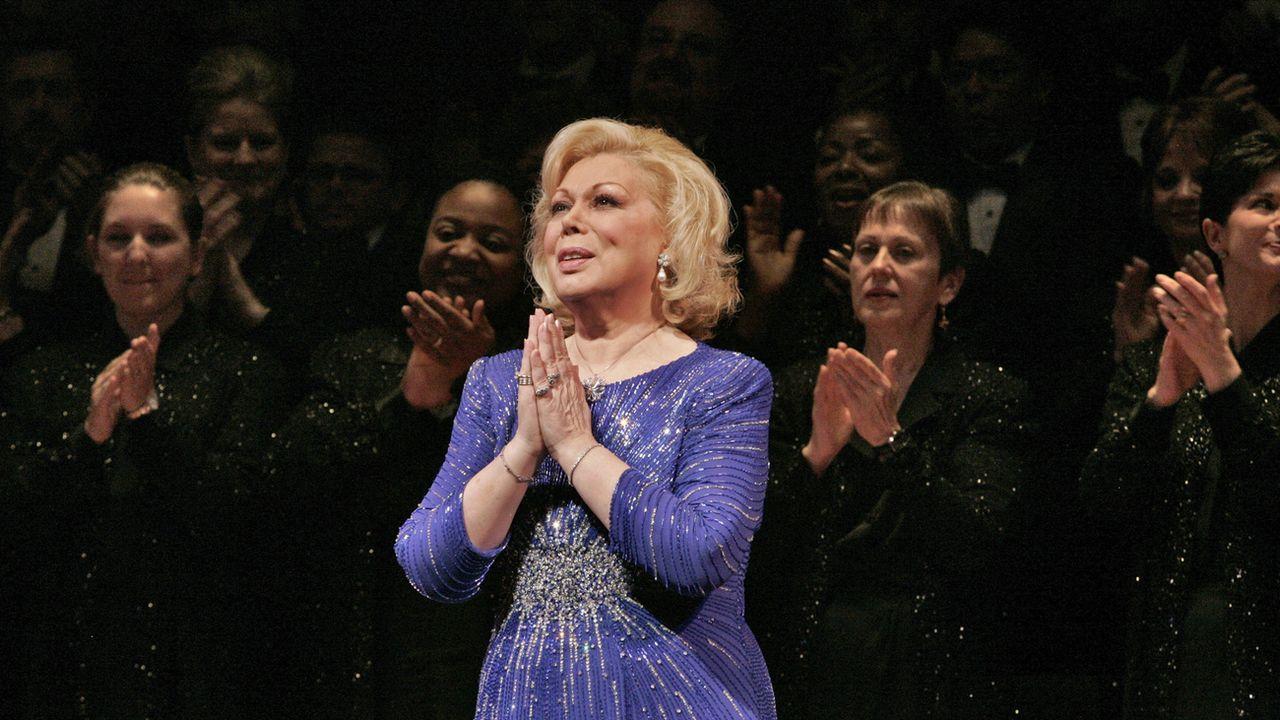 La soprano italienne Mirella Freni, lors d'un gala célébrant ses 50 ans de carrière dans le monde de l'opéra, en 2005 au Metropolitan Opera de New York. [Ken Howard - AP Photo/Metropolitan Opera]