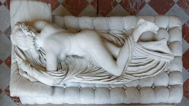 """""""Hermaphrodite endormi"""" exposé au Louvre à Paris. [Pierre-Yves Beaudouin - Borghese Collection/WikiCommons]"""