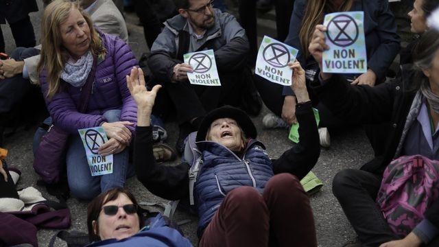 Des activistes d'Extinction Rebellion bloque une route menant au City Airport de Londres (octobre 2019). [AP Photo/Matt Dunham - Keystone]