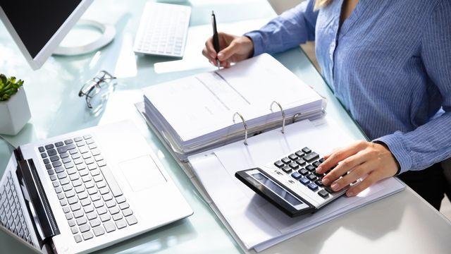 Une femme est en train de remplir sa déclaration d'impôt. [AndreyPopov - Depositphotos]