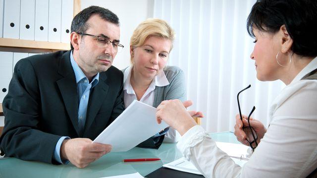 Un couple demande des conseils pour sa déclaration d'impôt. [alexraths - Depositphotos]