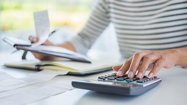Une femme remplit sa déclaration d'impôt. [suwannar1981.gmail.com - Depositphotos]