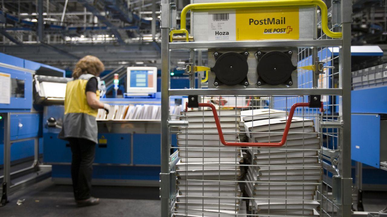 Le trafic postal international est fortement perturbé en raison du coronavirus. [Gaetan Bally - Keystone ]