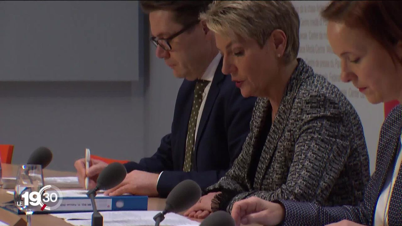 """Le 17 mai les Suisses se prononceront sur l'initiative de l'UDC contre la libre ciculation. Le Conseil fédéral dit """"non"""". [RTS]"""
