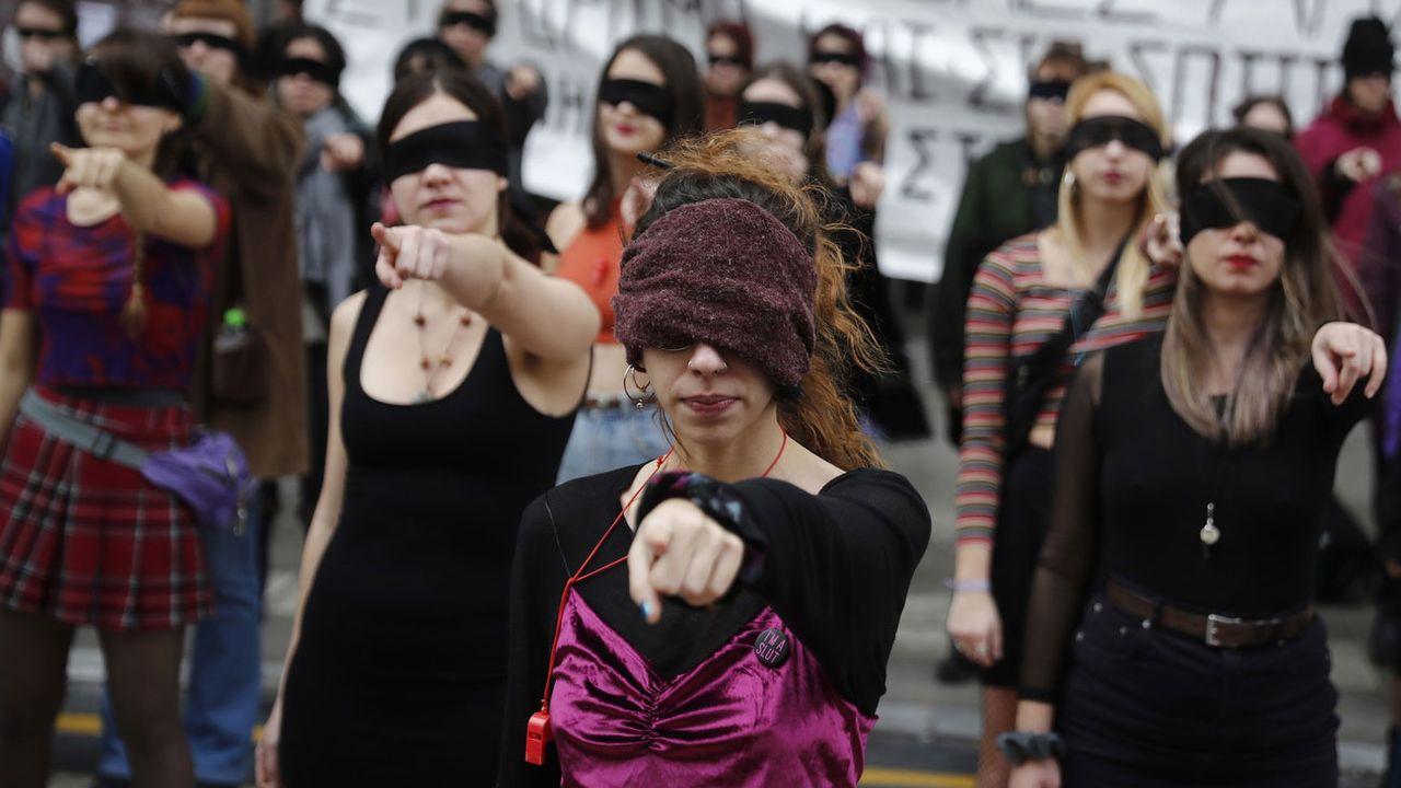 De Buenos Aires à Athènes, en passant par New York, Paris ou Lausanne, une chorégraphie scandée du groupe chilien Las Tesis est devenue un véritable hymne féministe contre les violences faites aux femmes. [Dimitris Tosidis - Keystone]