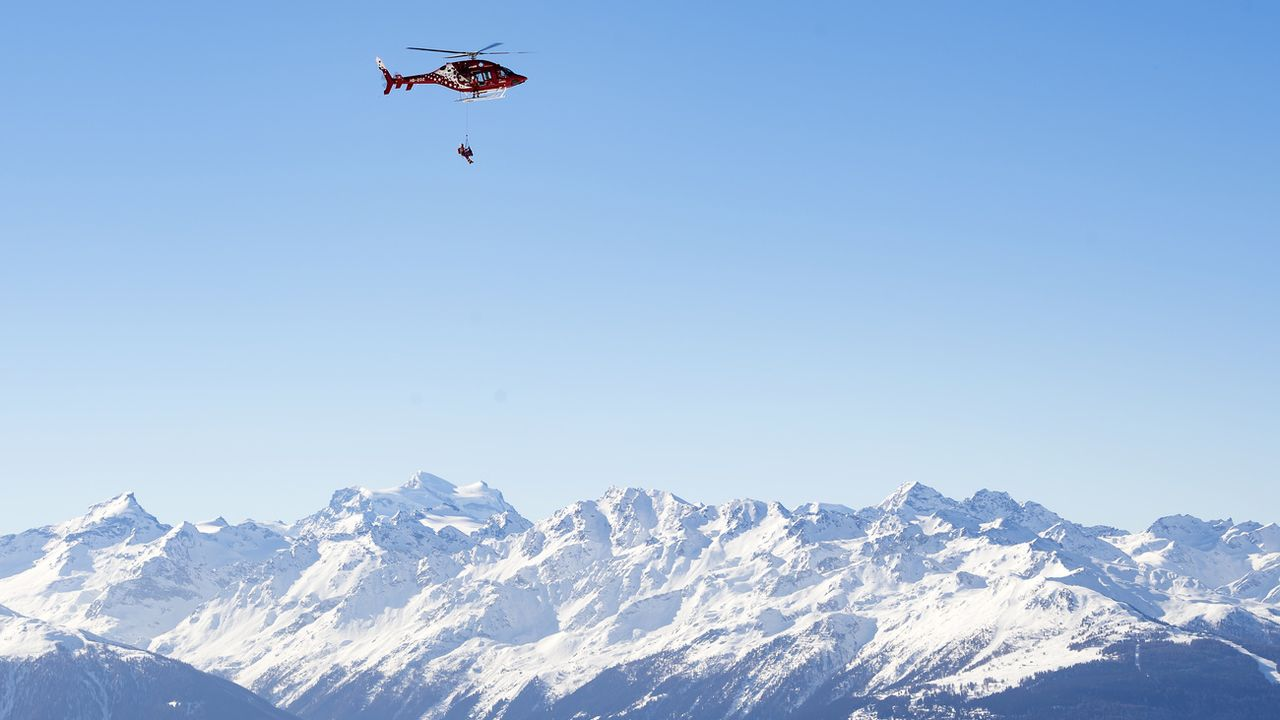 Deux hélicoptères d'Air Zermatt ont été engagés dans l'opération (photo d'illustration) [Jean-Christophe Bott - Keystone]