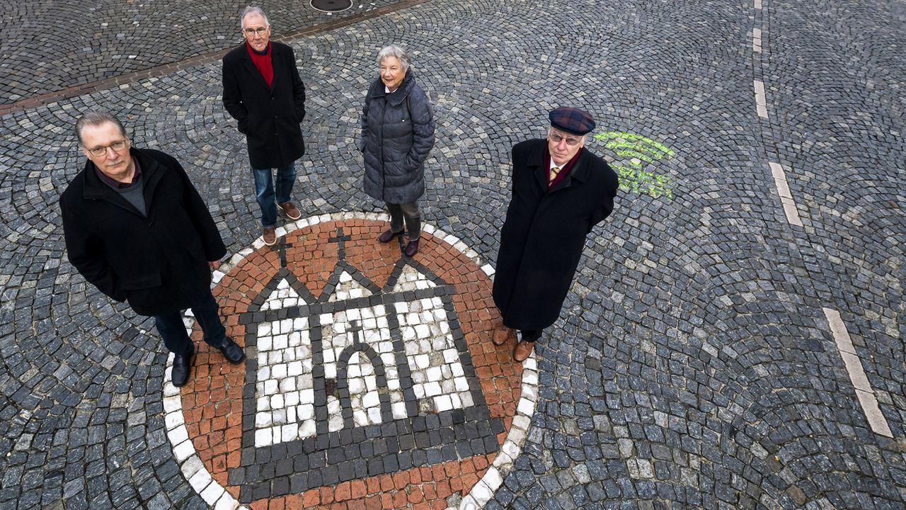 Les membres du comité Moutier Résiste devant l'emblème de la ville, le 14 février 2020. [Jean-Christophe Bott - Keystone]
