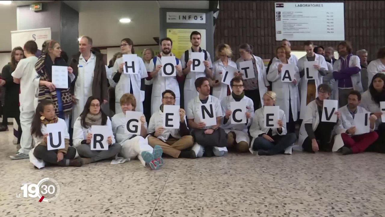 En France, le milieu hospitalier dénonce via des mobilisations la destruction de l'hôpital public. [RTS]
