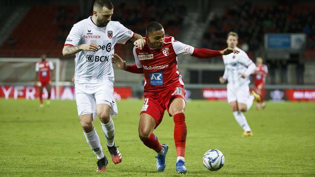 Le Neuchâtelois Igor Djuric (en blanc) fait barrage au Sédunois Patrick Luan. Neuchâtel Xamax s'est relancé contre le FC Sion. [Salvatore Di Nolfi - Keystone]