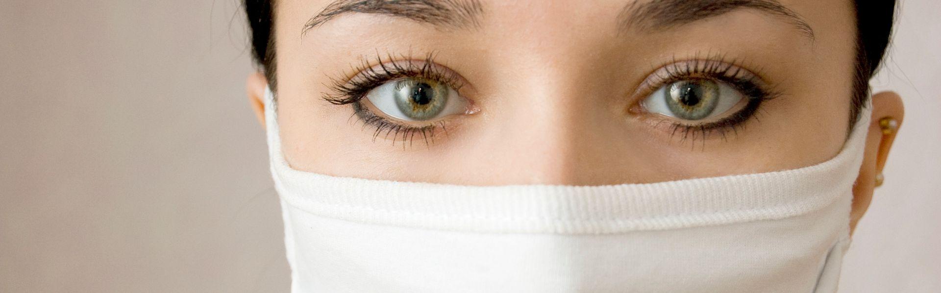 Femme protégée par un masque médical. [DepositPhotos]