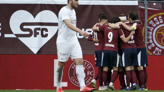 Les joueurs du Servette FC se congratulent. Pour Zurich en revanche, c'est la soupe à la grimace. [Salvatore Di Nolfi - Keystone]